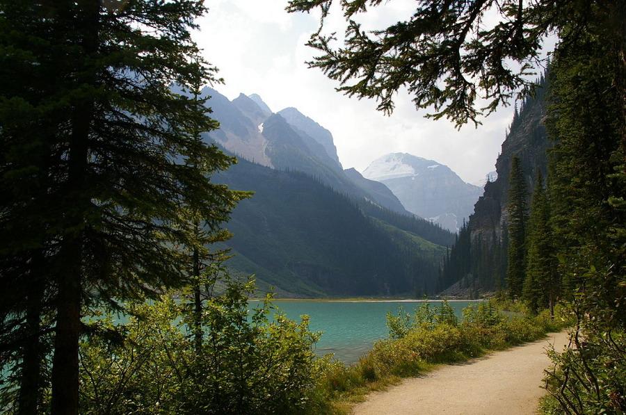 Озеро Луиза в национальном парке Банф в Канаде