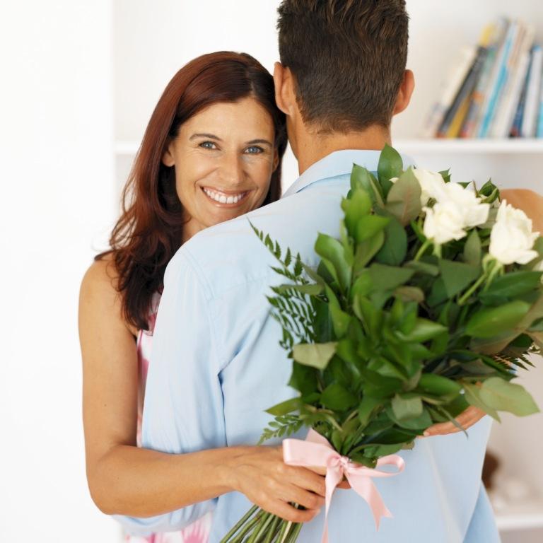 Картинки мужчина дарит женщине цветы 3