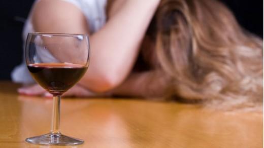 """""""Лечить"""" депрессию алкоголем крайне опасно"""