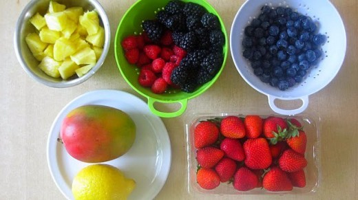 Ананас , черника, ежевика, малина, клубника, манго и лимон