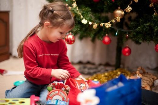 Что положить под елку детям?