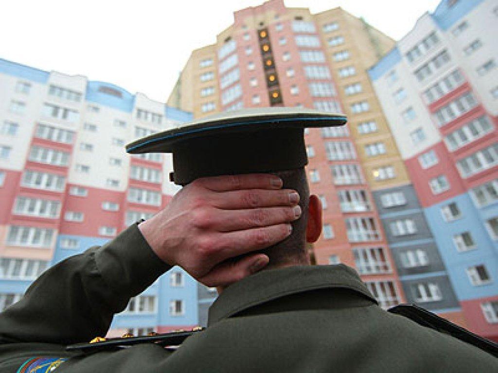 Военнослужищий перед новостройкой
