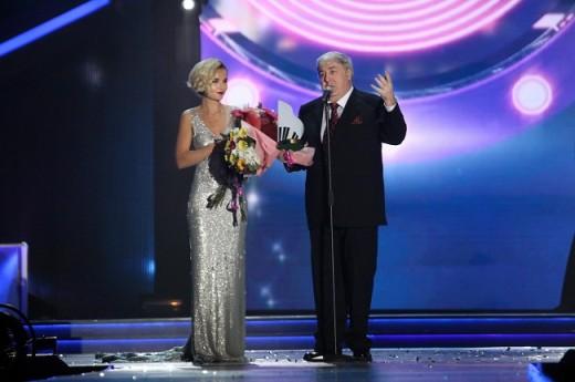 На «Песне года» приз в номинации «Поэт года» Михаилу Гуцериеву вручила Полина Гагарина