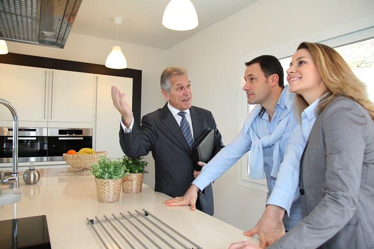 Риелтор показывает жильцам квартиру
