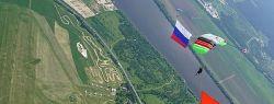 Знамя Победы площадью 375 кв. м развернули в небе парашютисты «Технодинамики»