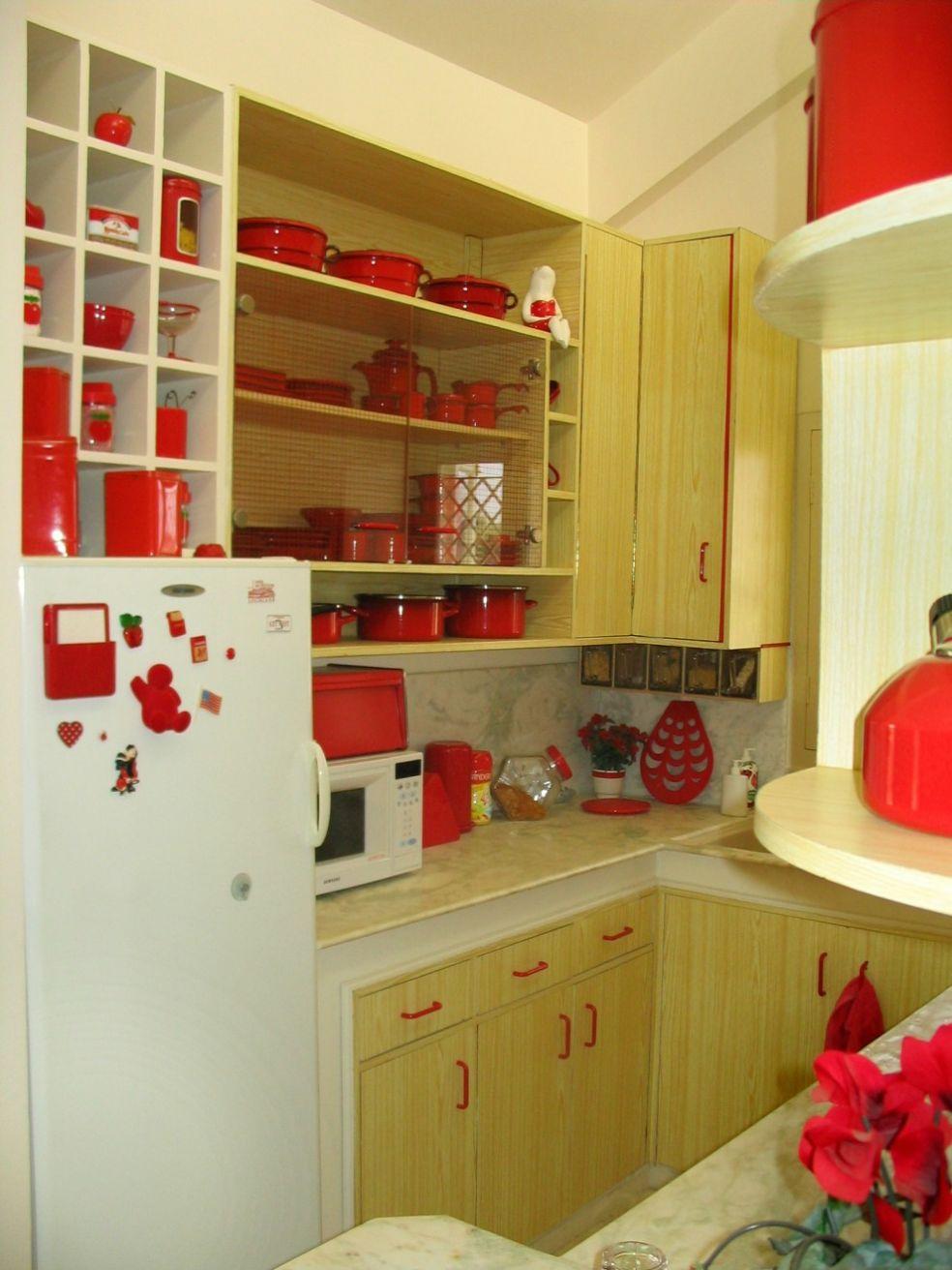 Кухня с красной посудой