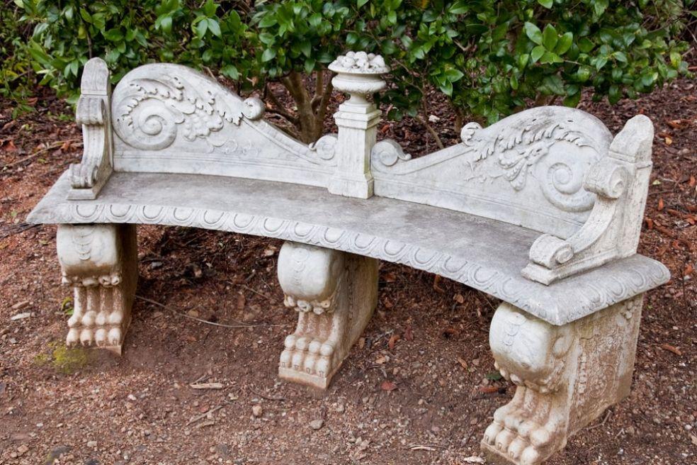 Каменная парковая скамейка