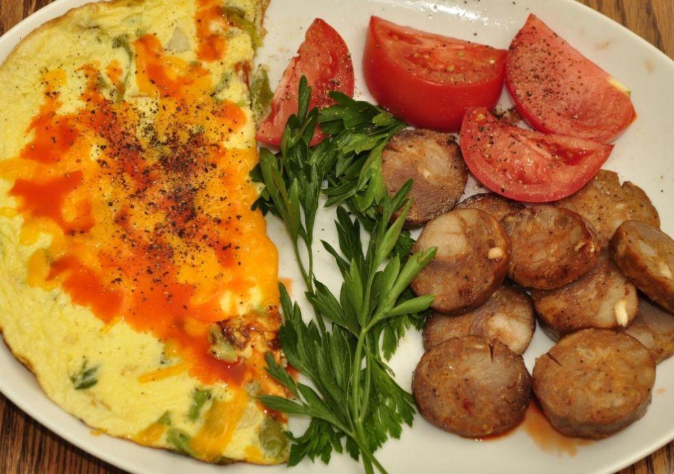 Яичница с немецкими колбасками на завтрак