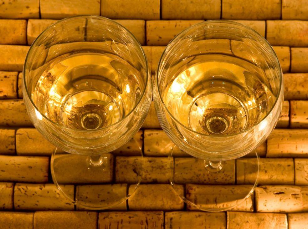 Два бокала вина на пробковом подносе