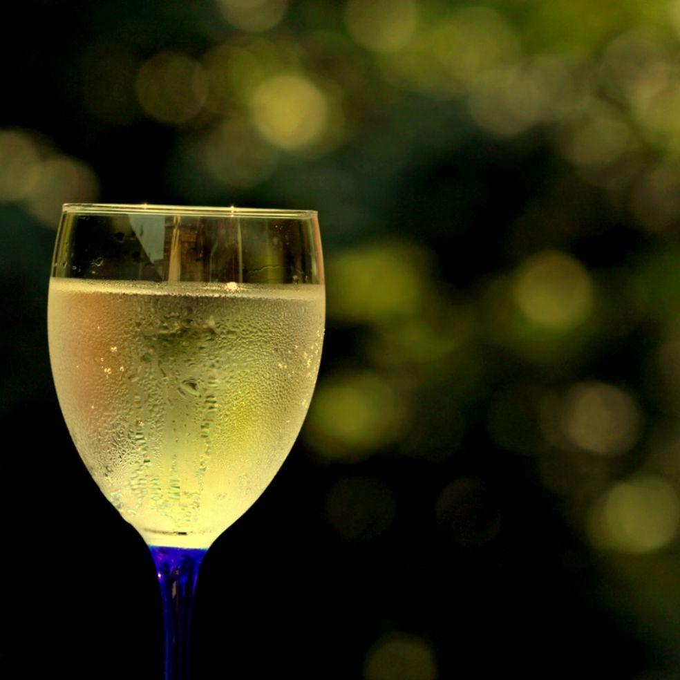 Запотевший бокал белого вина