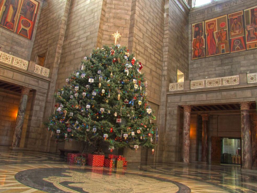 Рождественская елка под Манхэттенским мостом в Нью-Йорке, США