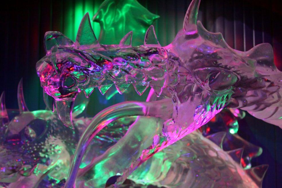 Добрыня Никитич и змей Горыныч на фестивале ледяных фигур в Москве
