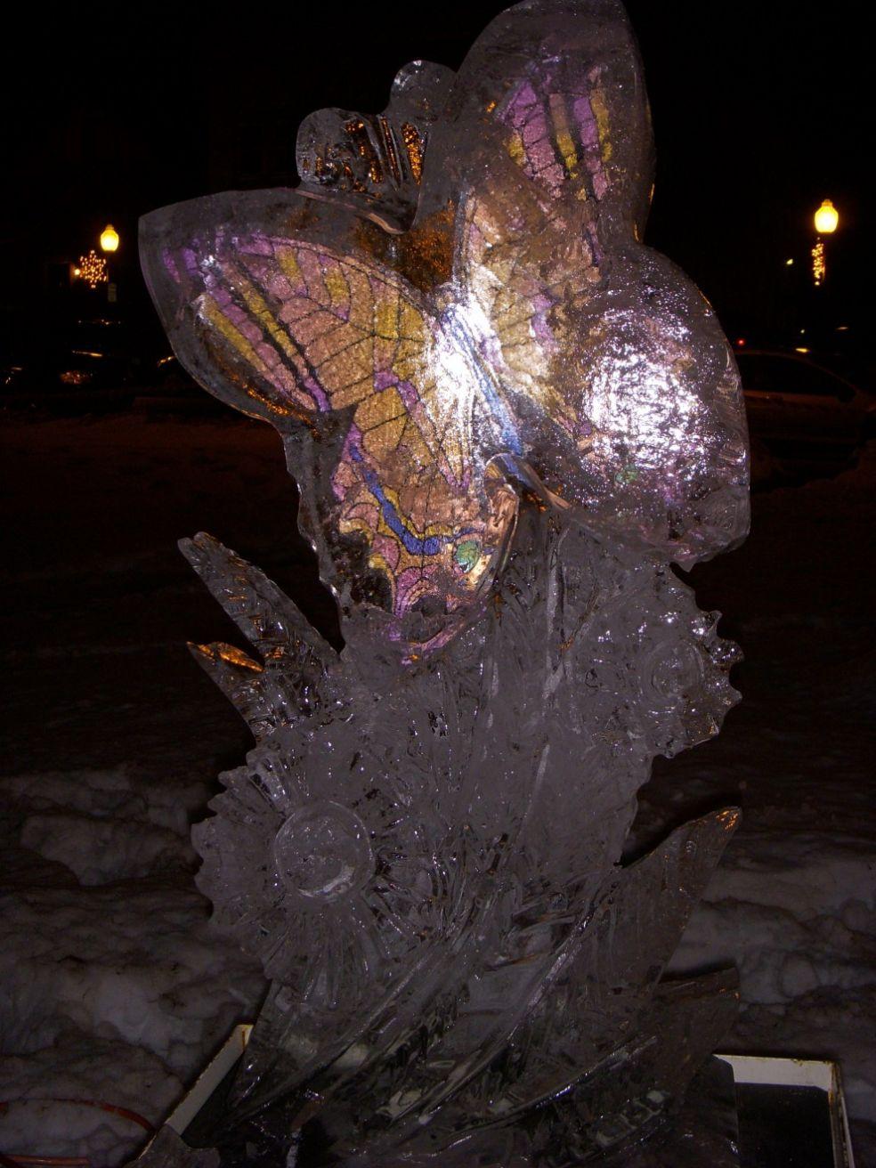 Скульптура динозавра на фестивале ледяных фигур в Плимуте