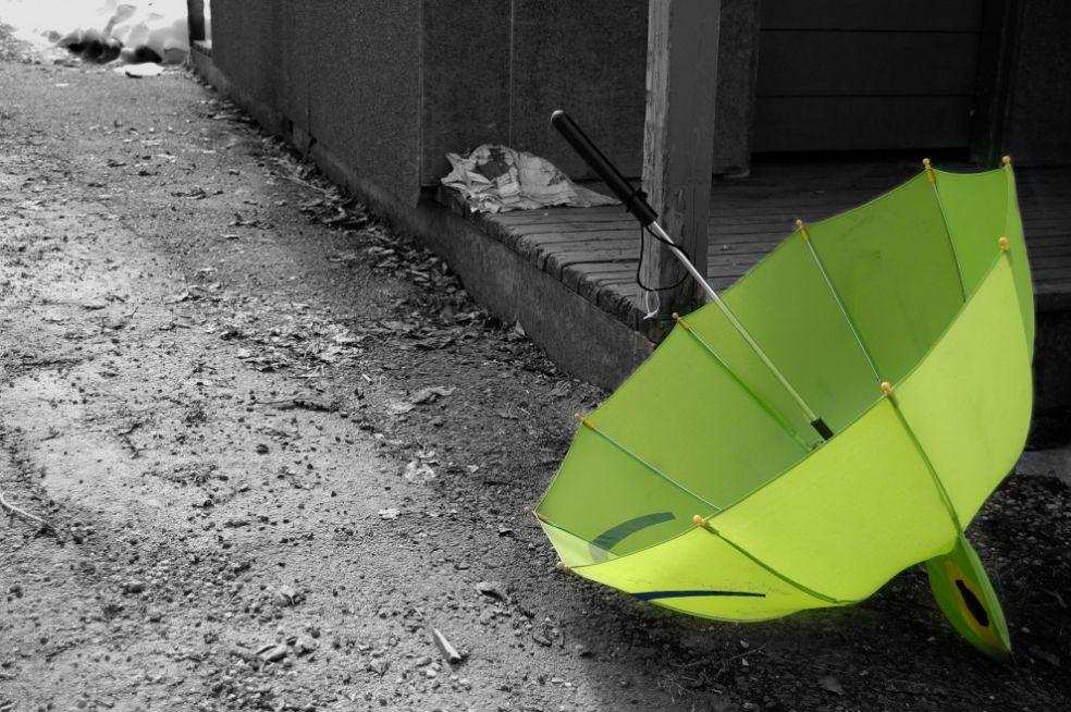 Одинокий зеленый зонтик в переулке Трёмсё, Норвегия