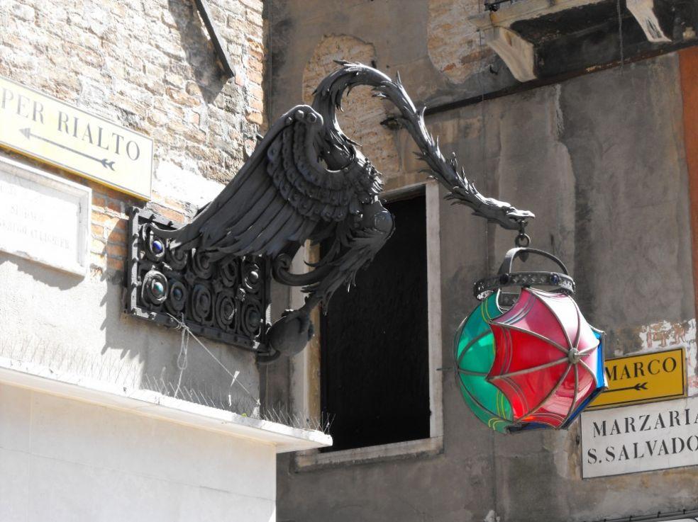 Уличная лампа в виде феникса с зонтиками на улице Венеции