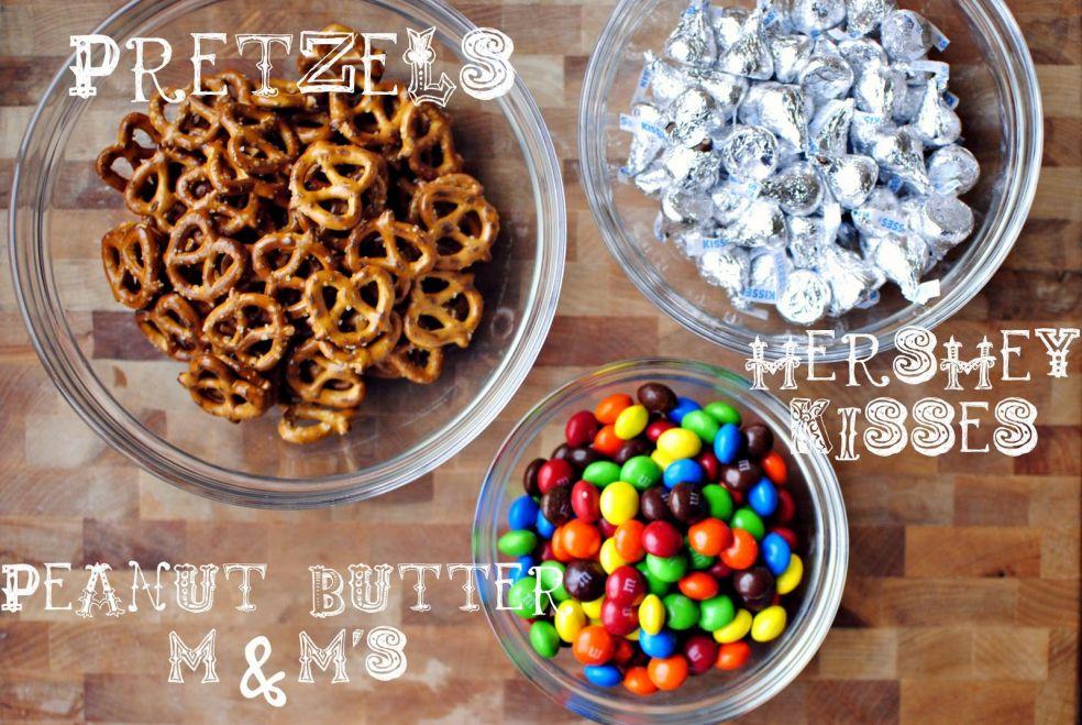 Крендельки, конфеты «Поцелуйчики» Hershey, конфеты M&M's