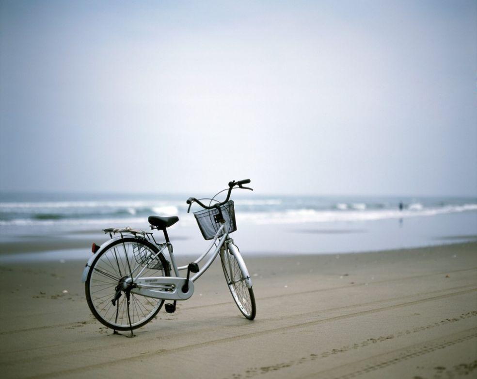 Велосипед на берегу океана
