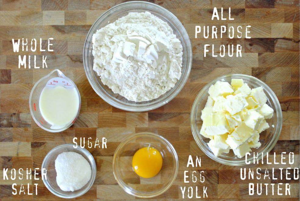 Молоко, мука, сахар, яичный желток, несоленое сливочное масло, соль крупного помола