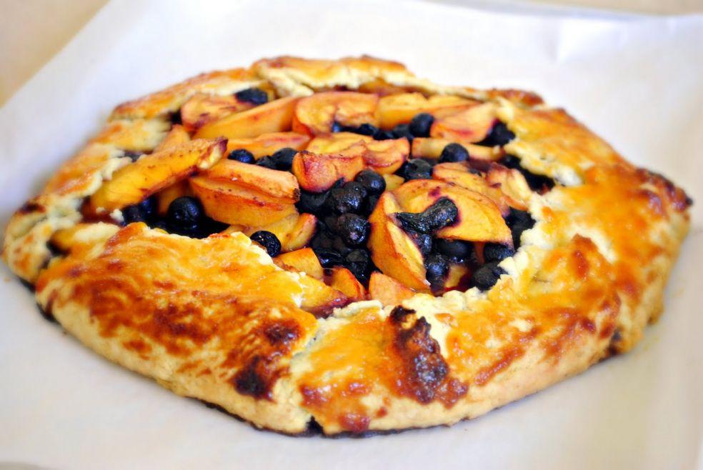 Пирог с черникой и персиками по-деревенски фото-рецепт